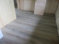 Küche mit Fliesen in Holzoptik in alter Kate in Delve ...